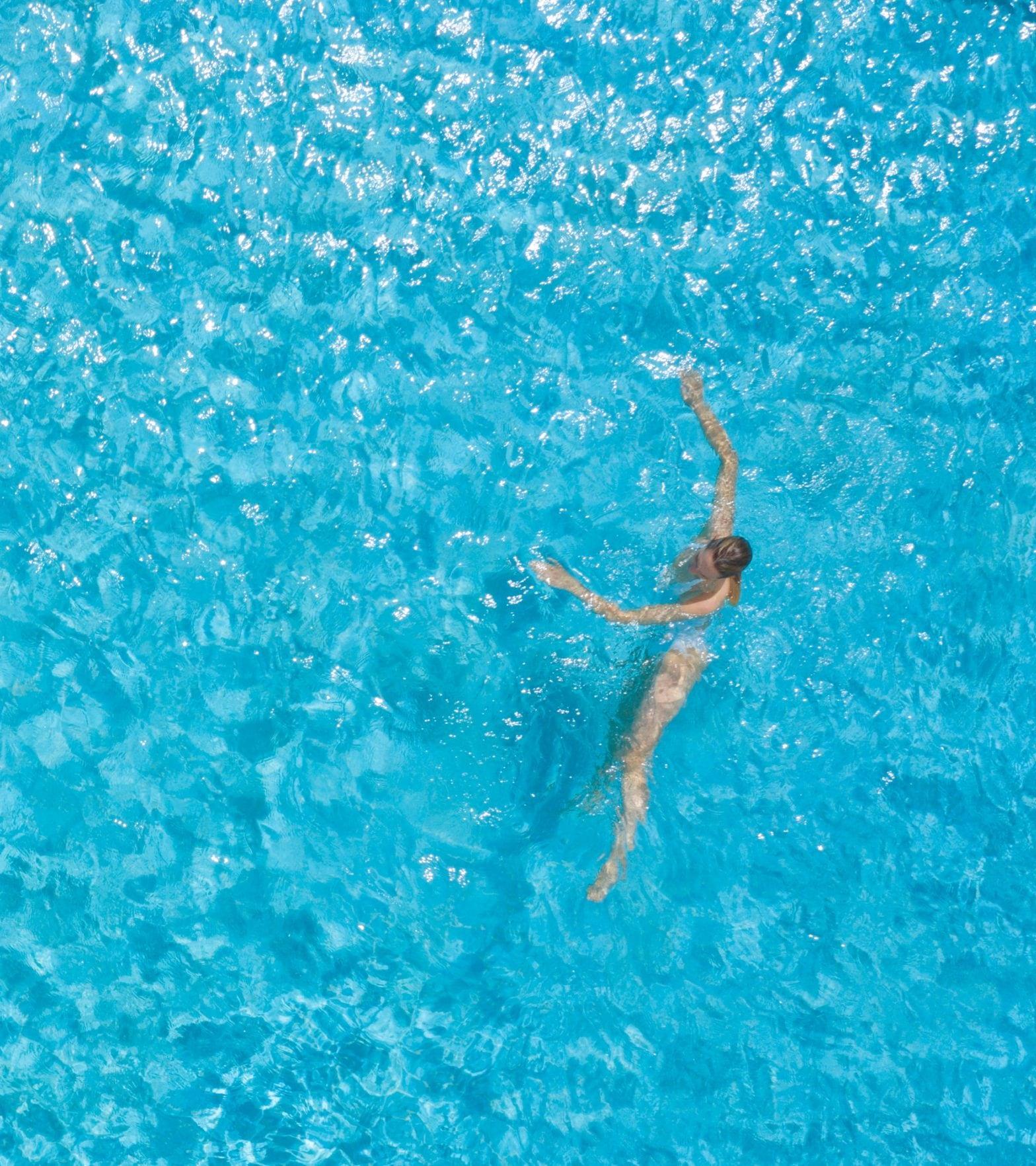 Pool - Schwimmerin Drohne